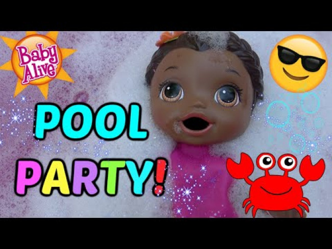 BABY ALIVE has FUN in the SUN! POOL PARTY and SAND! The Lilly and Mommy Show! The TOYTASTIC Sisters!