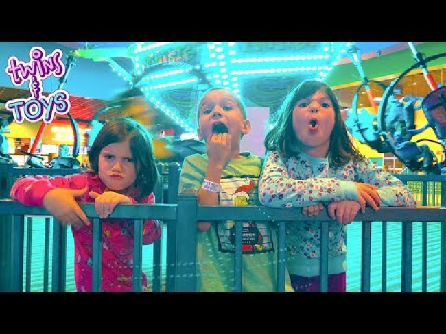 Kate and Lilly play Indoor Games at the Arcade with Friends!