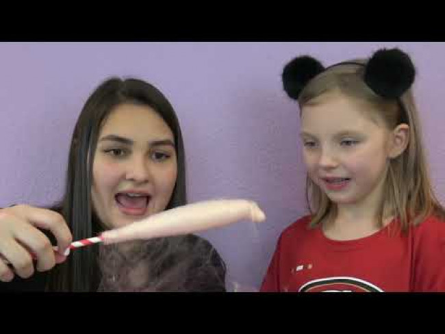 SISSY and KAIA make COTTON CADNY! The TOYTASTIC SISTERS. SUGAR FREE COTTON CANDY!